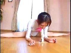 Himokas japanilainen tyttö hautaa alleen suosikkilahjansa leikkikalu hänen sisällään ti
