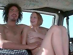 Teen flicka oralt behaglig massivt schlong i det könsbestämmer bussen