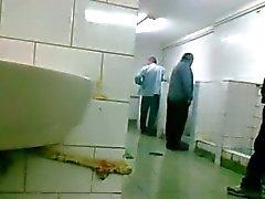 Oudere zich dell'uomo Lât aftrekken it en pijpen in toilet Openbaar