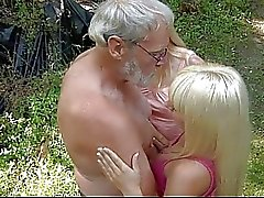 Alte Förster fickt zwei Teenager in den Wäldern