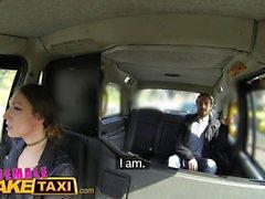 Nainen Fake Taxi Seksikäs kuljettaja saa vähän opiskelija kukko