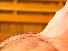 Vibrador gay muscular com gozada