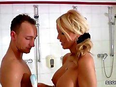 ne mom Caught Stepson in Shower et de donner Main- parfaite