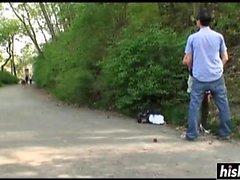 Mädchen in den Strümpfen gefallen ein verworrenen Kerl