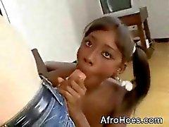 Jovem Afro Bebê Mamando monstercock E Anal