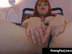 Hot Office Temp Penny Pax stannar sent för att onanera dig!