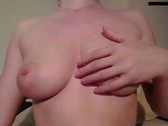Solo unterwürfige Schlampe klemmt ihre Brüste