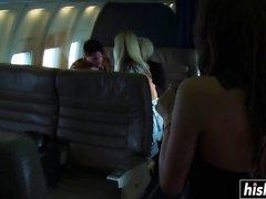 Rubias calientes se araron en el avión