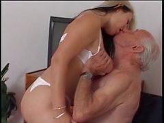 Äldre man fan ung sjuksköterska