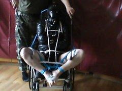 servo straitjacketed dentro da cadeira de rodas (surra)