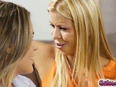 Alexis aloitetaan suutelemaan Ryanin kaulaan ja caress ihonsa