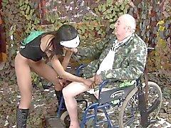 Gammal man med benet felande knullar en ung svart sjuksköterska
