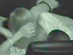 Hot teen branle et suce son bf dans une salle de cinéma
