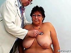 Una más vieja mujer examen la clínica gyn pechugón