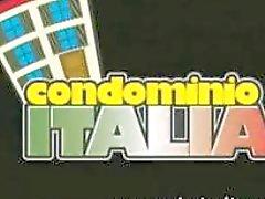 Saltador italiano sobre-humana com um botão de rosa obediente brinca com ela mesma
