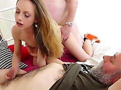 Old Goes Young - Sexy prostituée étudiante en trio avec les vieux gars