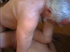 Sehr alten dicke Mann verwenden junges Mädchen sehr schwer