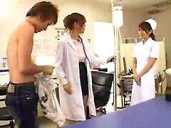 Naughty Oriental médecin avec de grands hooters connaît son chemin arou