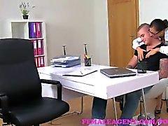 FemaleAgent. Promessa de um grande salário é a chave para desbloquear este galo studs