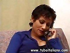 Morena italiana convida mais de um amigo para que ela possa comer galo