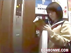 Japans schoolmeisje Blowjob en Fucked In Lift