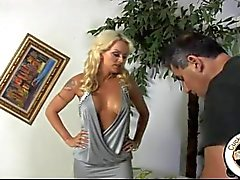La esposa blancos humille esposo con la de toro negro