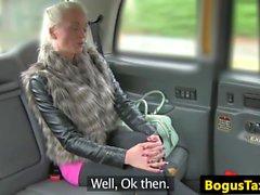 Babe táxi finlandês fode galo entre bigtits