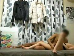 Lussuosa diteggiatrice sul piccolo divano