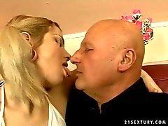 Très vieillard tape l'étudiante jeune fille blonde