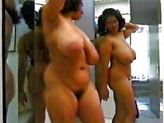Zwarte vrouw met geweldig lichaam dansen in spiegel