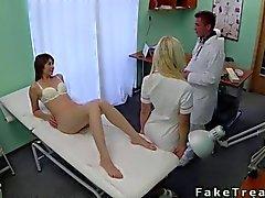 Doctor yatak üzerinde kendi yaban hastada sikikleri