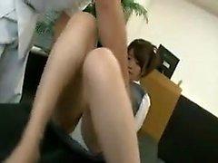 Sexy joven japonesa se abre de piernas y obtiene su cun chorros