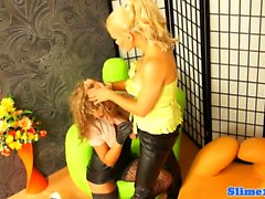 Glamour lesbiana straponfucked y cumcovered