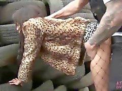 Calles sucios el hooker a Alyssa Divine follado por la pelusa