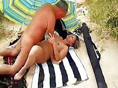Mijn vrouw neuken op het strand met vreemden