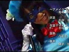 Super-heroína é capturado por um médico louco e pendurado para t