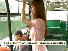 Río asiatique babe teen obtenir sa chatte velues caressé du bus