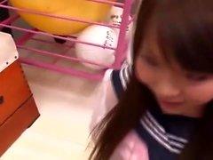 Japonesa adolescente em uniforme escolar empurrado em dela peluda quim