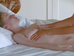 Emily och Serena - samkönade orala Massage