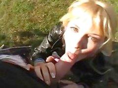 Vervelende blonde chick geneukt in het park