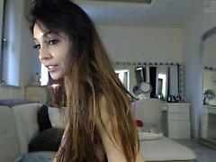 Söpö tatuoitu MILF tekee soolo striptease porno
