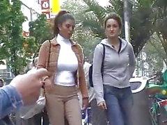 Stora bröst flicka på gatan i vitt