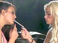 Lésbica de fumo beijando no sofá preto da de 120