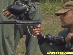 Real Army Babes spielen Blowjob-Spiel vor dem Ficken