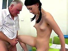 Abafado estudante é seduzido e bateu por ela schoolt mais velhos