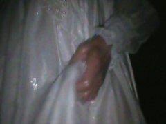 Nasse Hochzeitskleid draußen