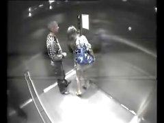 Paar wird geknackt fucking in Arbeit Aufzug