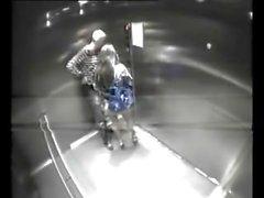 couple se baise éclaté dans le travail ascenseur