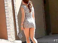 Signora rilassata nella vestito sexy a giocherellare la sua figa outdoor