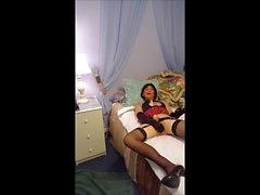 Sissy Schulmädchen Roberta Bryan mit seinem Dildo